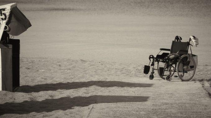 chaise roulante à la plage